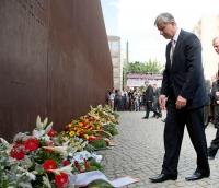 Kranzniederlegung zum Gedenken des Berliner Mauerbaus